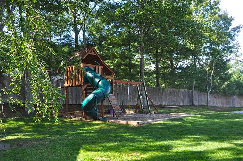 http://hamptonbid.com/wp-content/themes/realtorpress/thumbs/89-straight-path-southampton-NY-garden2.jpg