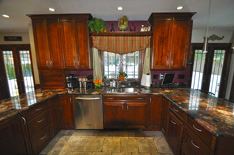 http://hamptonbid.com/wp-content/themes/realtorpress/thumbs/89-straight-path-southampton-NY-kitchen.jpg