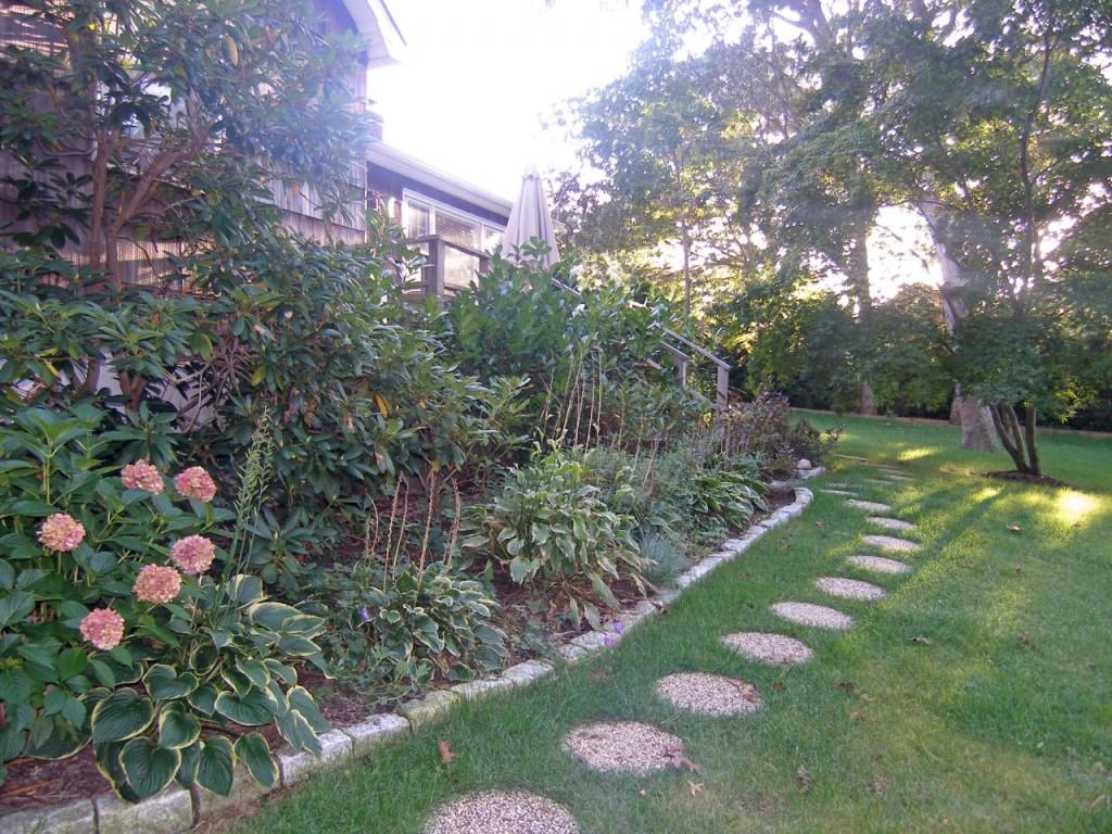 http://hamptonbid.com/wp-content/themes/realtorpress/thumbs/peconic-bay-garden-1024x768.jpg